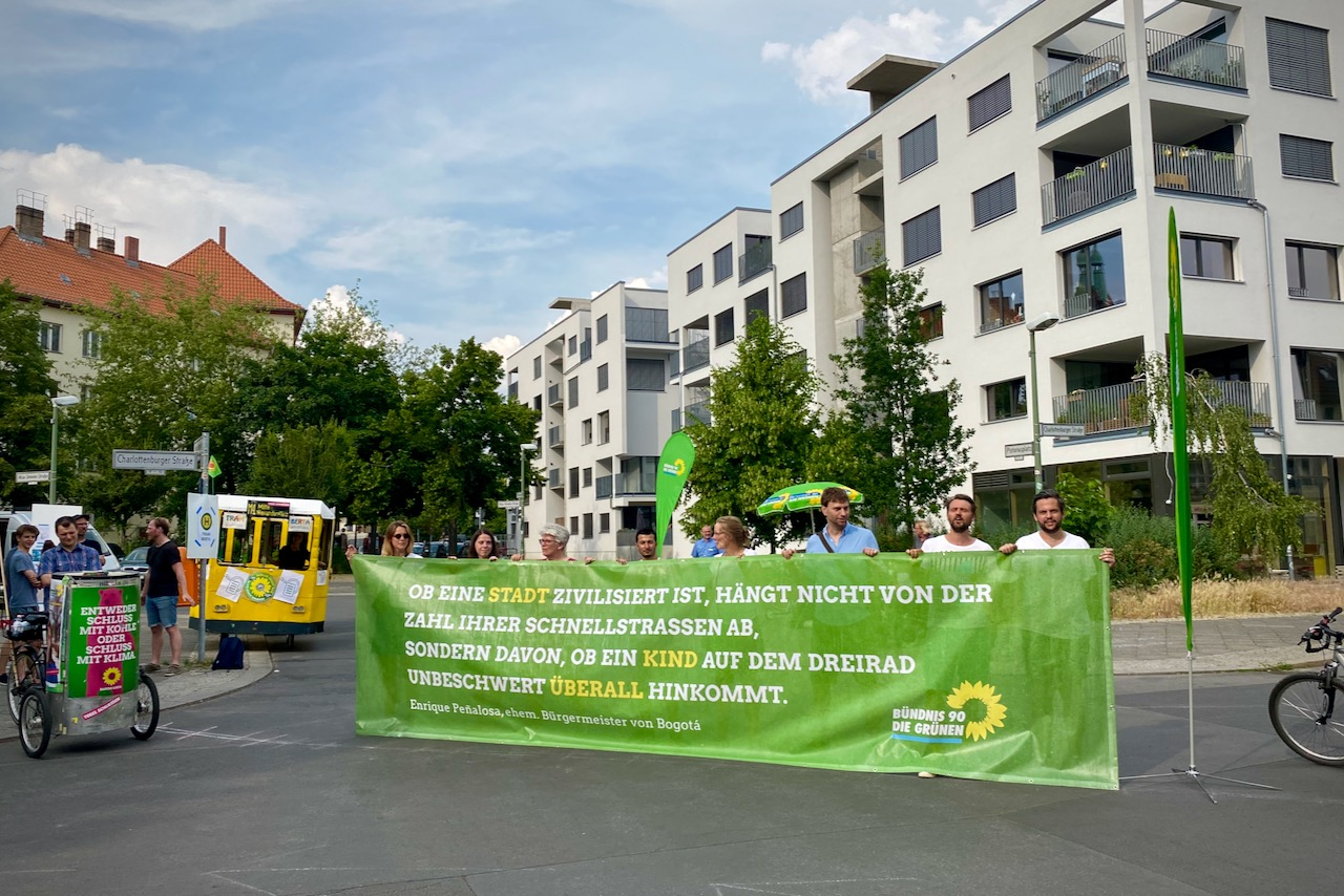 Diagonalsperre mit Transpartent - Aktion in Weißensee am Tag der Verkehrssicherheit 19.06.2021